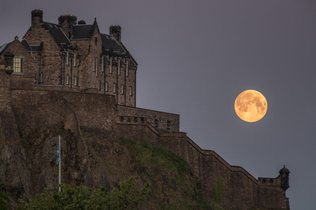 Graeme Gainey - Supermoon setting over Edinburgh Castle